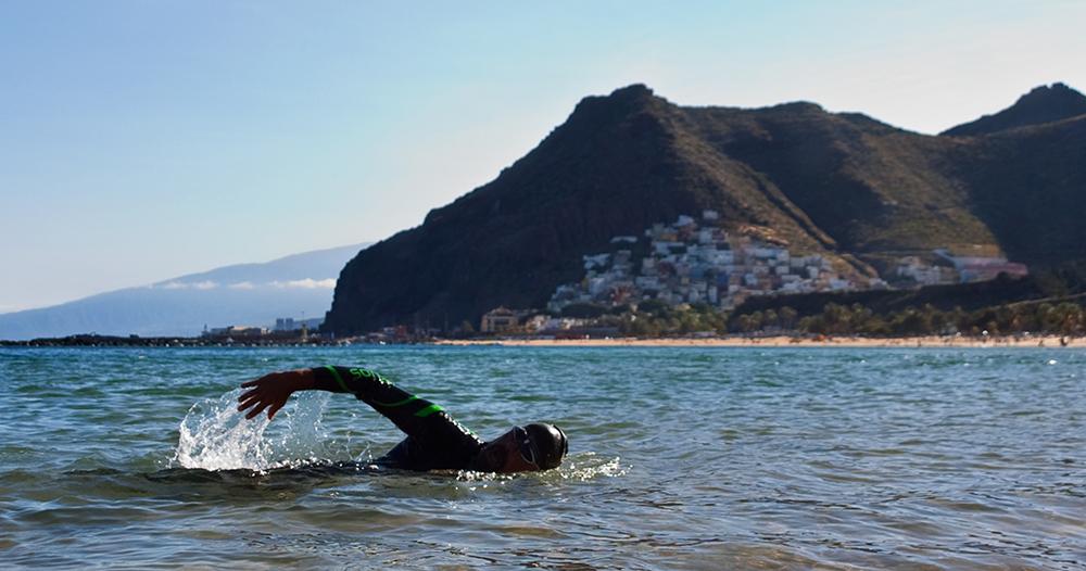 Nadar en la playa de las Teresitas